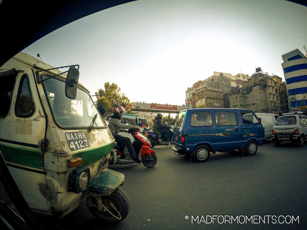 Die Straßenverkehrsbehörde nimmt es in Kathmandu nicht so genau. Blick aus einem Taxi.