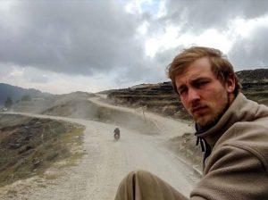 Busfahren in Nepal mit dem Kater meines Lebens. Die Begeisterung steht mir ins Gesicht geschrieben.